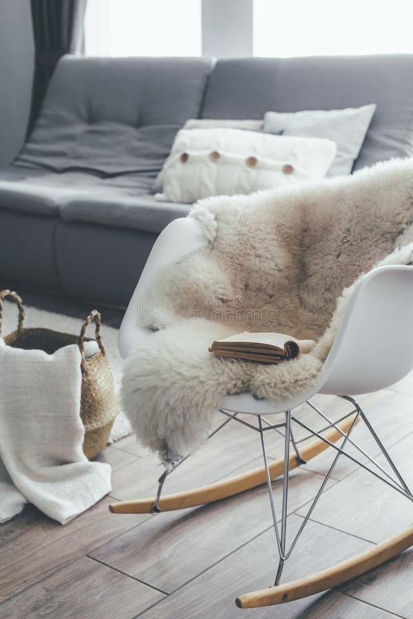 Raketstol med får flår filten i scandinavian vardagsrum arkivbild