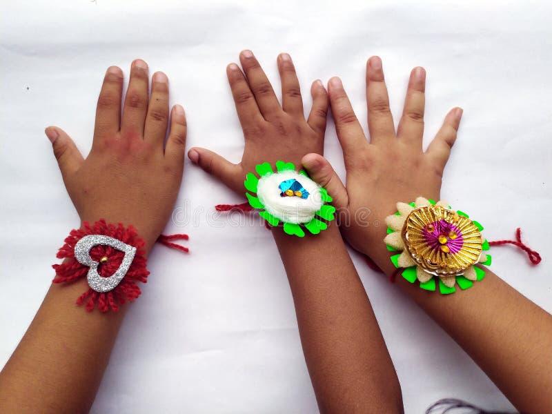 RAKHI en niños dan PARA EL FESTIVAL INDIO de RAKHA BHANDHAN foto de archivo libre de regalías