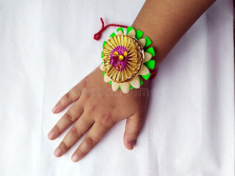 RAKHI en niños dan PARA EL FESTIVAL INDIO de RAKHA BHANDHAN imagen de archivo libre de regalías