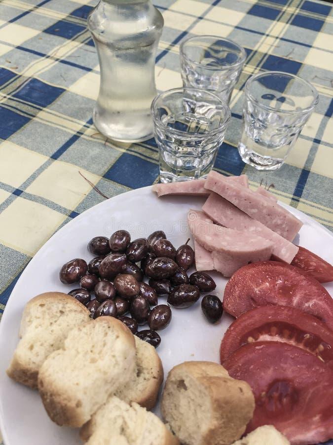 Raki greco che è una bevanda locale in Grecia fotografie stock