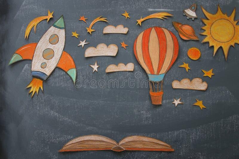 Rakietowego i lotniczego balonu cięcie od papierowego i malujący nad klasowego pokoju blackboard tłem zdjęcia royalty free