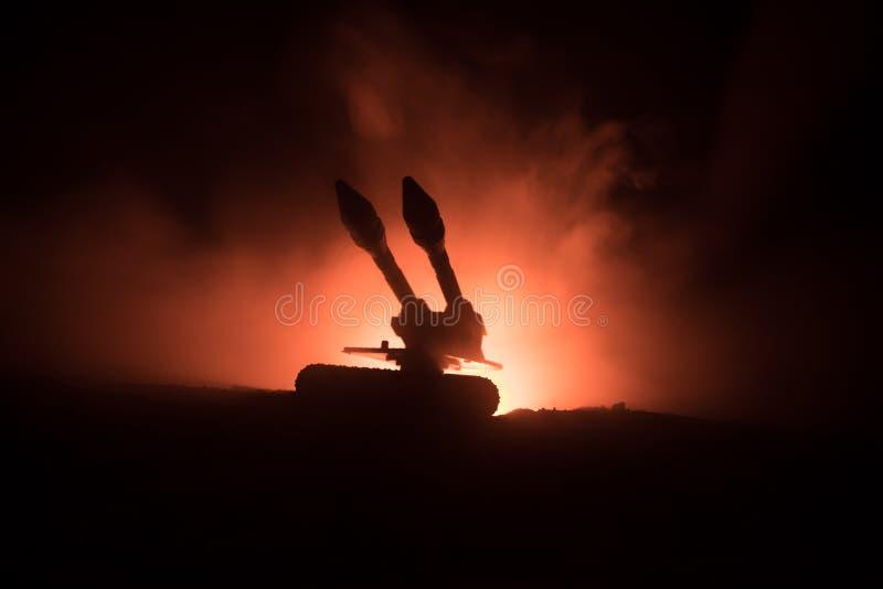 Rakietowy wodowanie z pożarniczymi chmurami Batalistyczna scena z rakietowymi pociskami z głowicą bojowa Celował przy Ponurym nie obraz stock