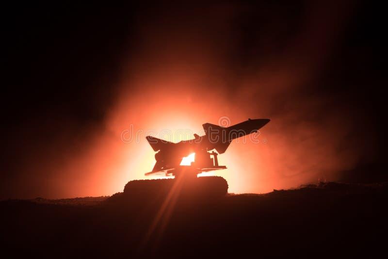 Rakietowy wodowanie z pożarniczymi chmurami Batalistyczna scena z rakietowymi pociskami z głowicą bojowa Celował przy Ponurym nie zdjęcie royalty free