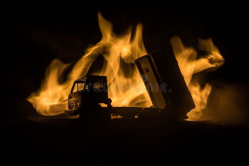 Rakietowy wodowanie z pożarniczymi chmurami Batalistyczna scena z rakietowymi pociskami z głowicą bojowa Celował przy Ponurym nie obraz royalty free