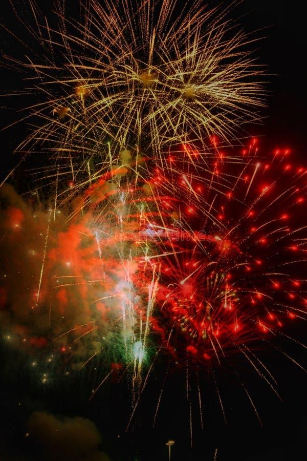 Rakiety Czerwony świecenie: Fajerwerki na pokazie obrazy royalty free