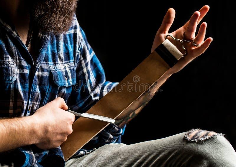 rakkniv straight Tappninghjälpmedel för barberare, rakkniv, vässar bladet i piskar borsten, rakblad Strigla för man royaltyfri fotografi