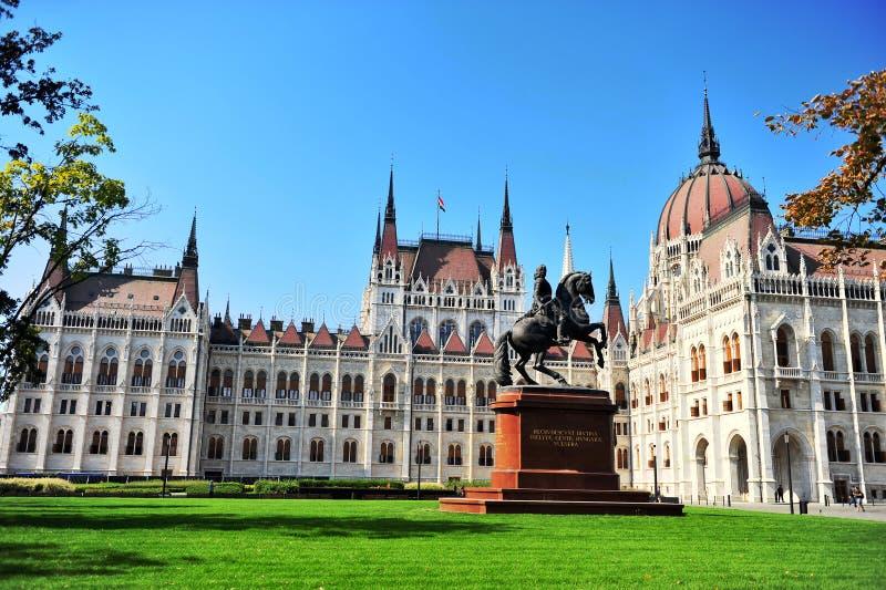 Rakoczi monument framme av den Budapest parlamentet arkivbilder
