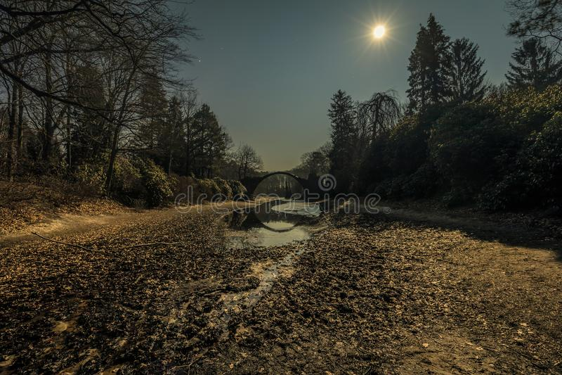 Rakotzbrucke在kromlau的恶魔桥梁在晚上 免版税图库摄影