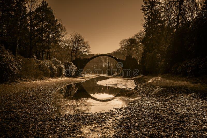 Rakotzbrucke在kromlau的恶魔桥梁在晚上 免版税库存图片