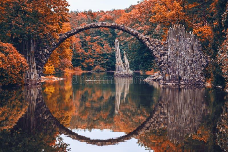Rakotzbrug (Rakotzbrucke, de Brug van de Duivel) in Kromlau, Saksen, stock foto's