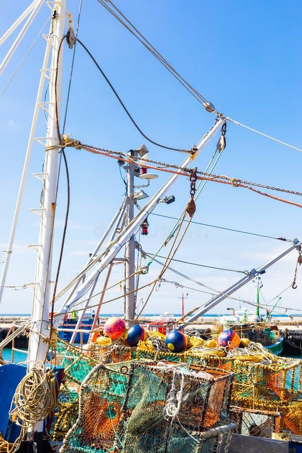 Rakowe sieci i oklepowie na małej łodzi rybackiej fotografia stock