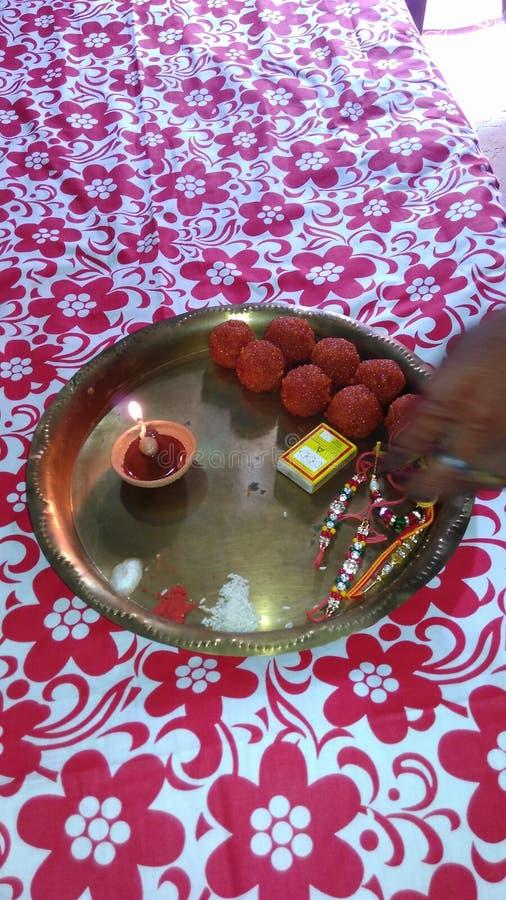 Rakshabandhan festival av syskongruppen arkivbild