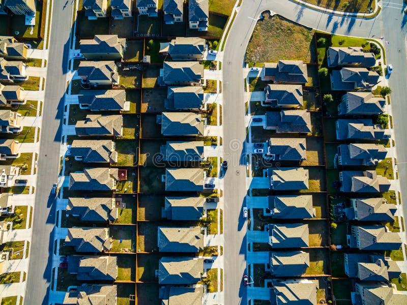 Raksträcka ner ovanför moderna hem vidsträckta Texas Hill Country för utveckling arkivfoton