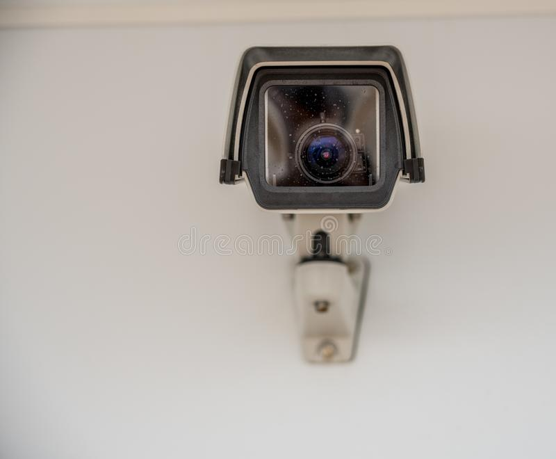 Rakt på sikt av en modern bevakningkamera royaltyfria bilder