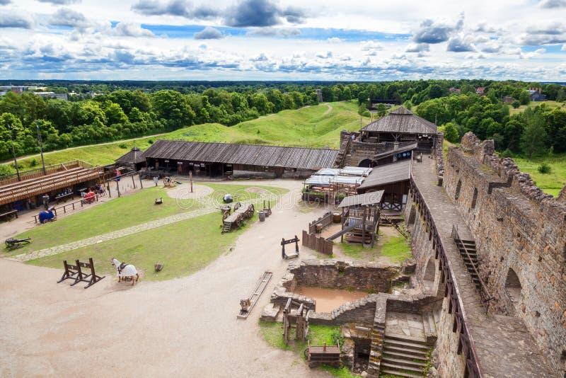 Rakvere, Estonia Jard i ściana średniowieczny forteca, podróż obrazy stock