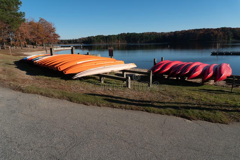 Raleigh, NC 24 de novembro de 2017: Uma fileira das canoas no lago Wheeler Park em Raleigh, North Carolina foto de stock