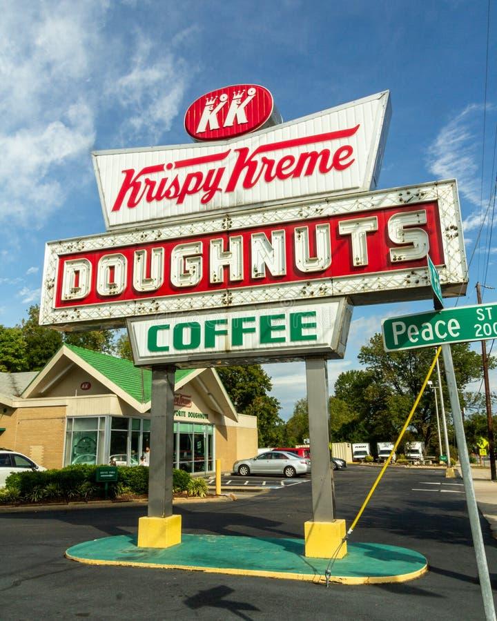 Raleigh, NC / Estados Unidos - Oct. 12, 2019: Imagen vertical de tres cuartos del emblemático signo neón Krispy Kreme durante el  fotografía de archivo