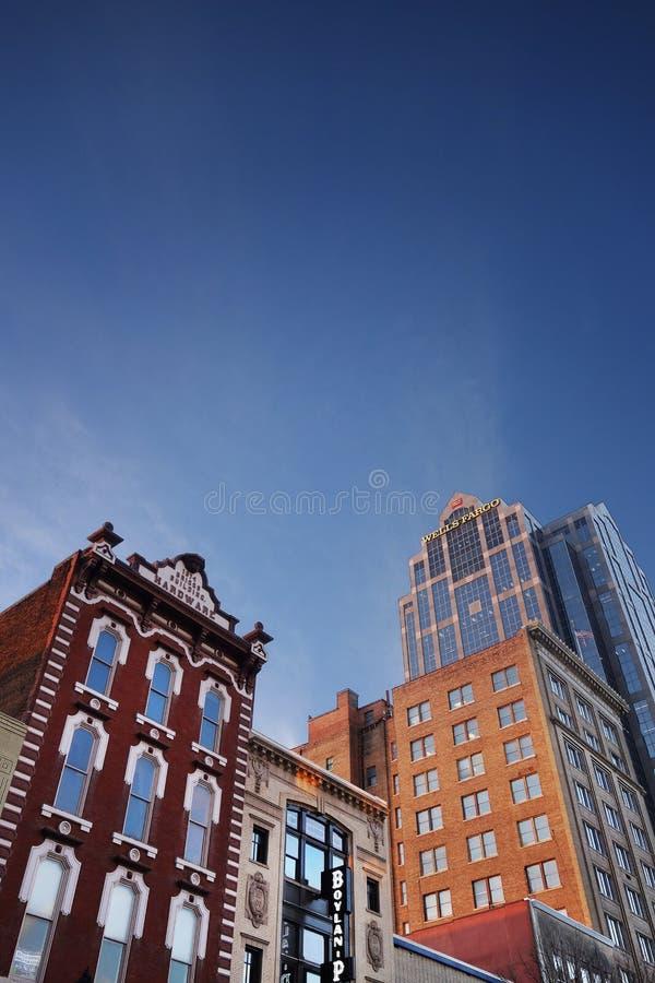 RALEIGH NC/USA - 2-07-2019: Byggnader på den Fayetteville gatan i i stadens centrum Raleigh, NC, inklusive den historiska Briggs  royaltyfria bilder