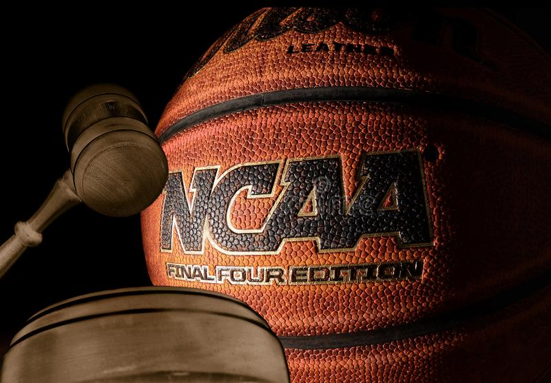 RALEIGH NC/USA - 12-13-2018: En NCAA-basket med domstolauktionsklubban royaltyfria foton