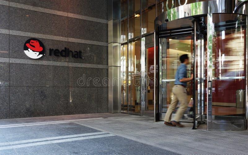 RALEIGH, NC/USA - 5-11-2018: Um empregado incorpora o headq de Red Hat imagens de stock