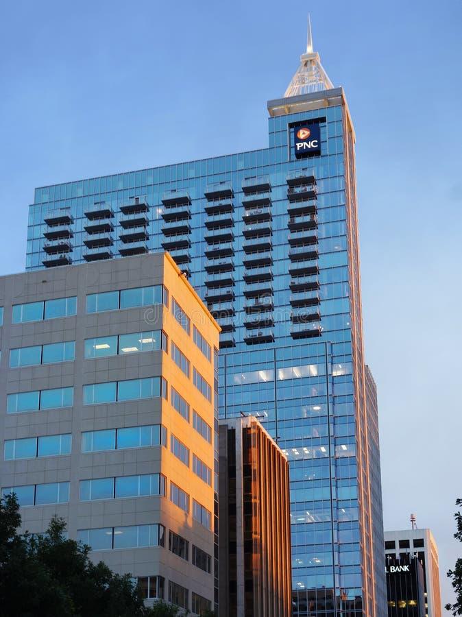 RALEIGH, NC/USA - 9-22-2014: Vista de Raleigh céntrico NC a lo largo del St de Fayetteville imágenes de archivo libres de regalías