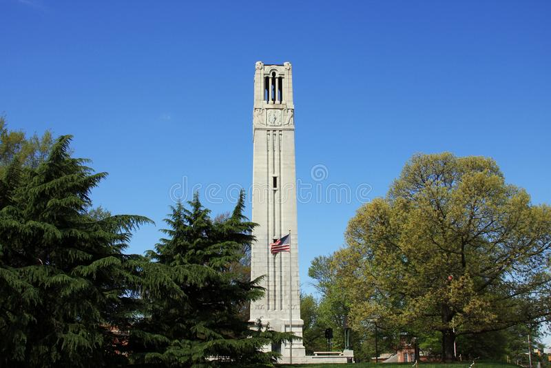 Raleigh Streetscape - campanile dell'università di Stato di NC fotografie stock libere da diritti