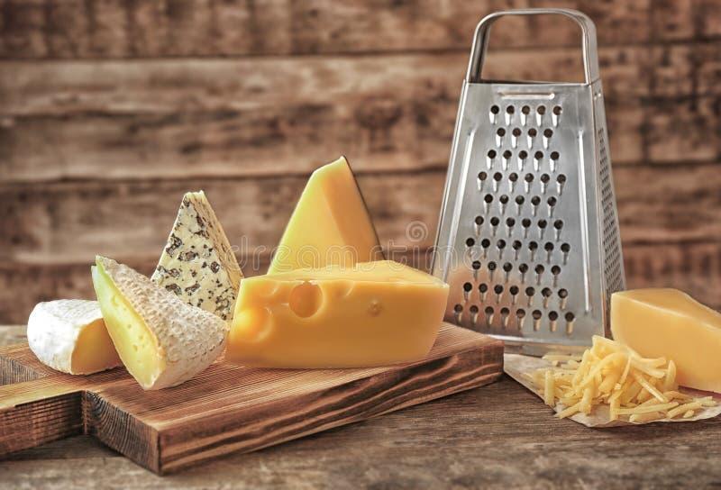 Rallador y queso fotografía de archivo libre de regalías