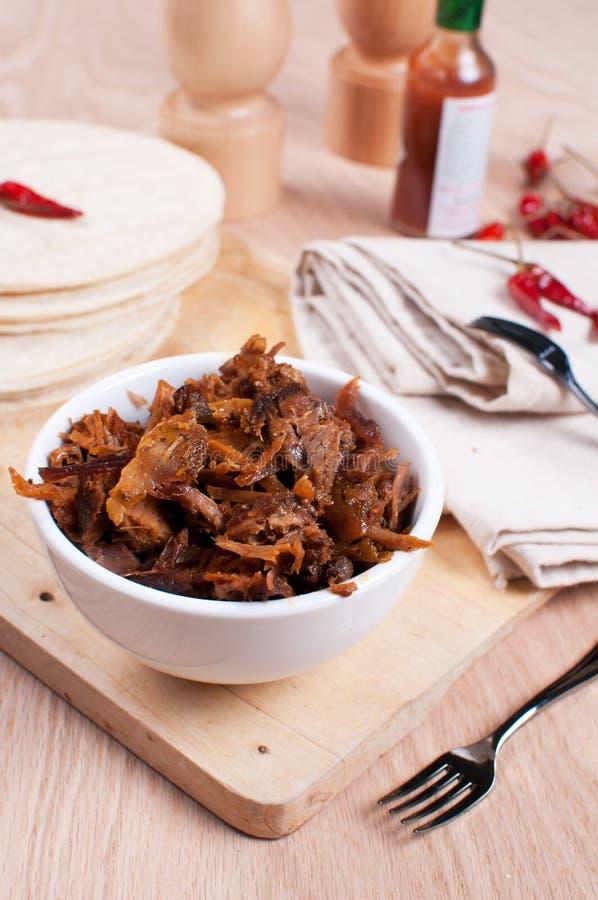 Rallenti il porco della carne e le pite tirati cucinati delle tortiglii immagine stock