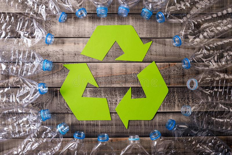 Ram av använda plast- flaskor med återanvändning av symbol på träbakgrund flaskor begrepps somplast- ?teranv?nder det bundna repe royaltyfria foton
