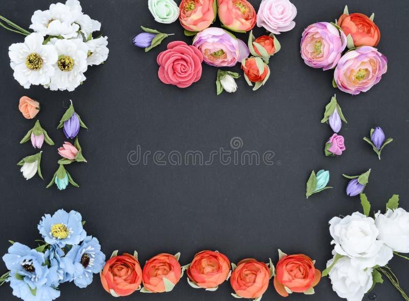 Ram av blommor på svart royaltyfria foton