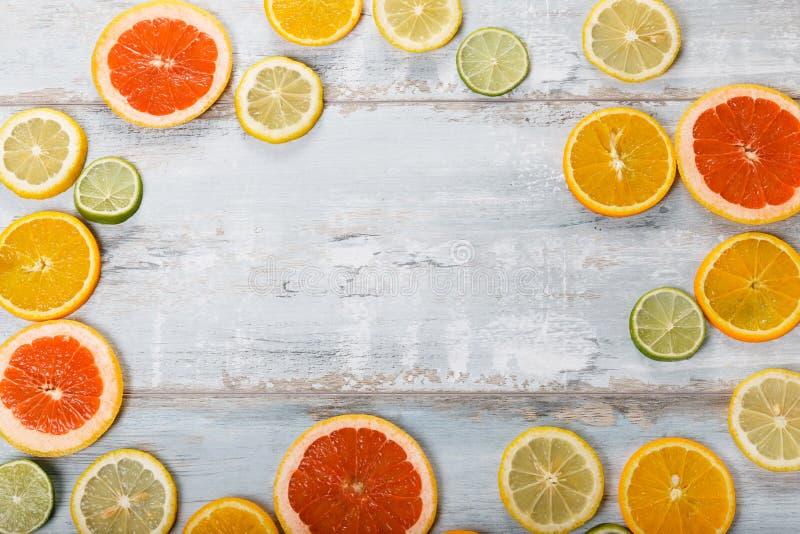 Ram av citrusfrukter på vit bakgrund Lekmanna- lägenhet, bästa sikt Fruit& x27; s-bakgrund royaltyfria bilder