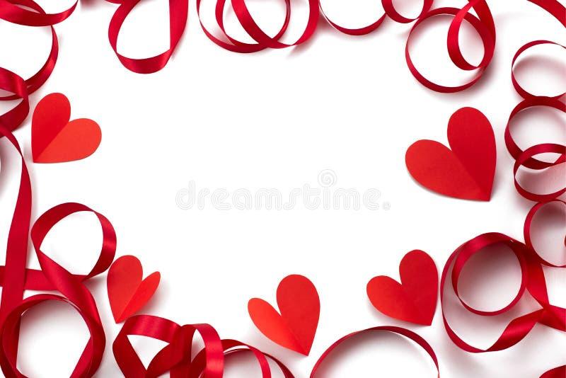 Ram av för röd begreppet för bakgrund bandhjärta för satäng det vita av Valentine' s-dag arkivbilder