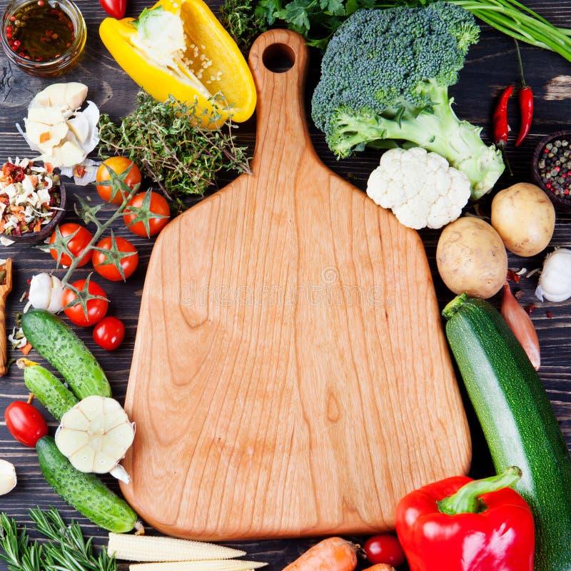Ram av grönsaker, örter Skörd som är kulinarisk, utrymme för höstbakgrundskopia royaltyfri foto