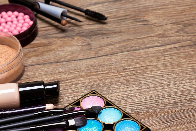 Ram av grundläggande makeupprodukter med kopieringsutrymme royaltyfri fotografi