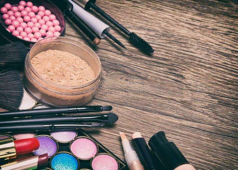 Ram av grundläggande makeupprodukter med kopieringsutrymme royaltyfria foton