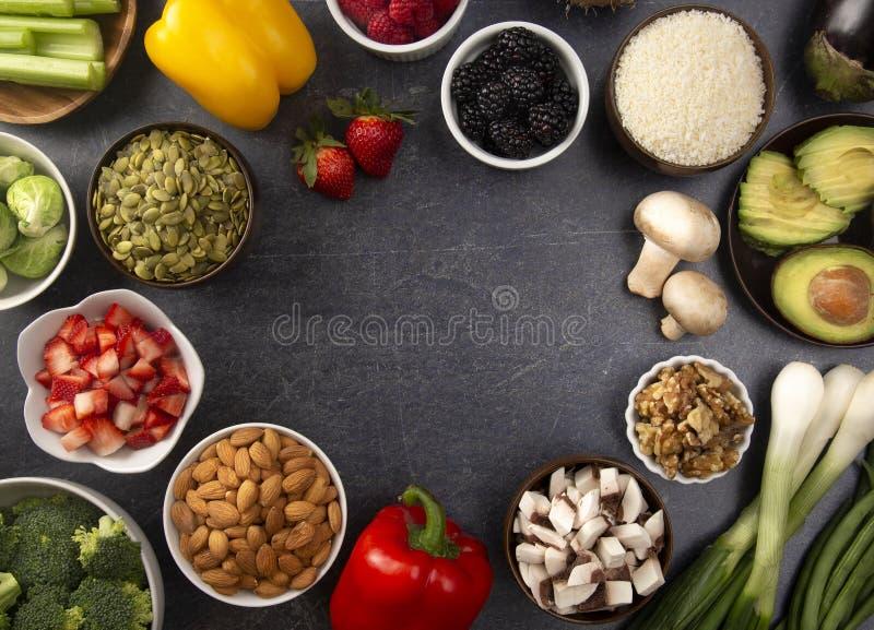 Ram av nya frukter och grönsaker och Non djura Protiens en perfekt låg carb- eller strikt vegetariankombination arkivfoton