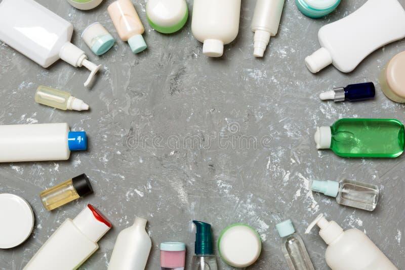 Ram av plan lekmanna- sammansättning för plast- bodycareflaska med kosmetiska produkter på tomt utrymme för grön bakgrund för dig royaltyfria bilder