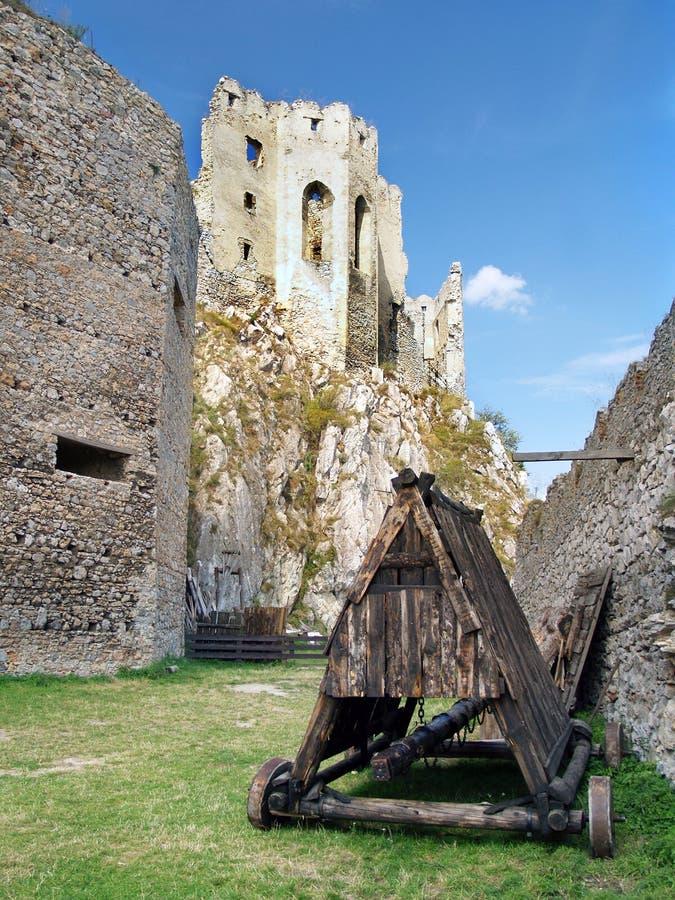 RAM de battage sous le château de Beckov image stock