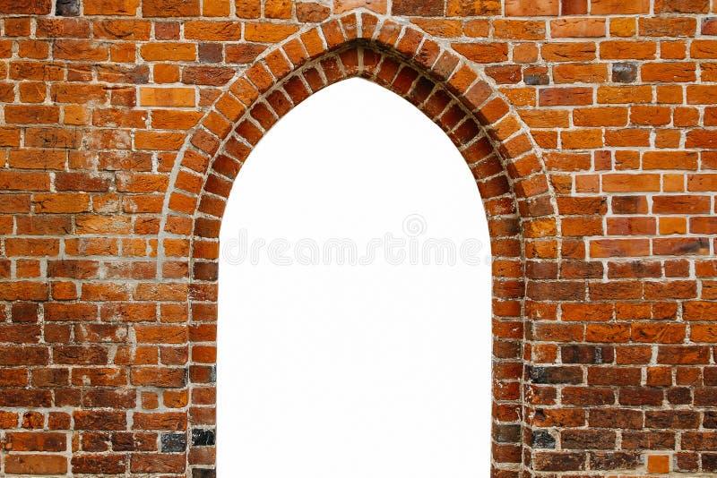 Ram för fönster för väg för portaldörrbåge som fylls med vit i mitten av den forntida röda orange tegelstenväggen fotografering för bildbyråer