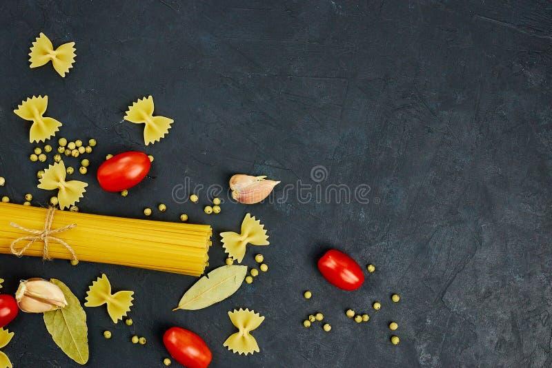 Ram för mat bakgrundsCherryingredienser isolerade white för pastaspagettitomat Körsbärsröda tomater, spagettipasta, vitlök och kr royaltyfri foto
