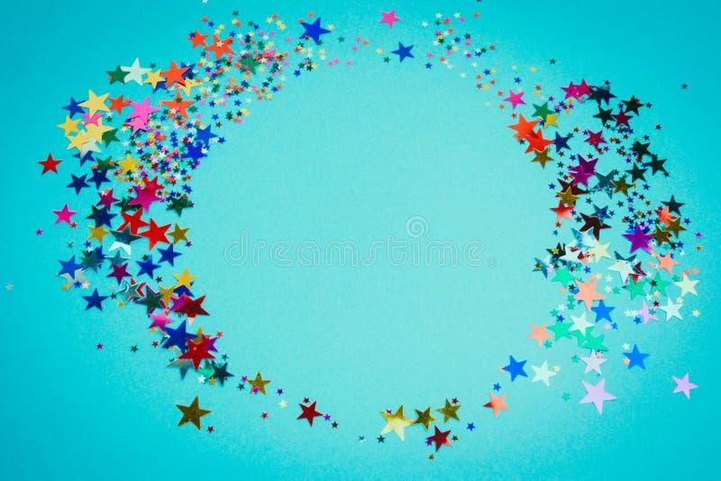 Ram för skinande stjärnor för paljetter rund på en blå bakgrund, karaktärsteckning som är falsk upp royaltyfri foto