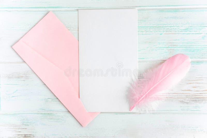 Ram f?r text f?r h?lsningkort Baner med kuvert, pennan och en vykort p? en vit tr?bakgrund Orienteringsdesignbas f?r arkivbild