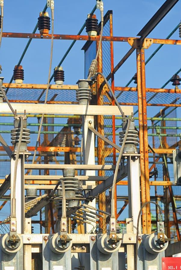 Ram, kablar, transformatorer och isolatorer av en elektrisk under-station royaltyfri foto