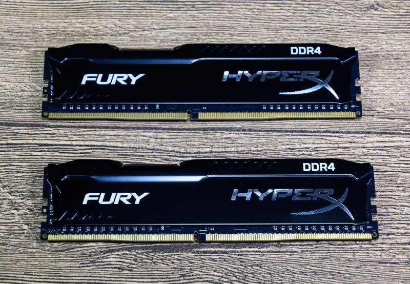 RAM Kingston Fury em uma tabela de madeira RAM com um radiador Overclocker RAM imagem de stock
