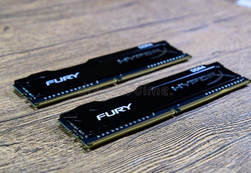 RAM Kingston Fury em uma tabela de madeira RAM com um radiador Overclocker RAM foto de stock