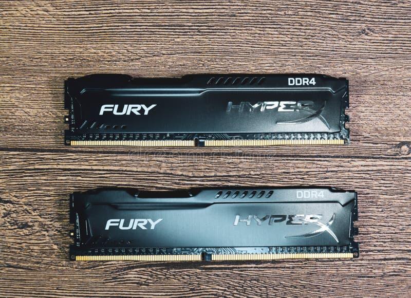 RAM Kingston Fury em uma tabela de madeira RAM com um radiador Overclocker RAM fotos de stock