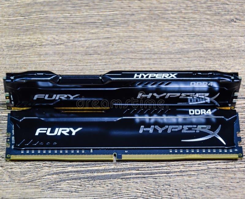 RAM Kingston Fury em uma tabela de madeira RAM com um radiador Overclocker RAM fotografia de stock