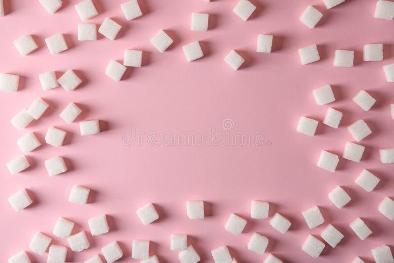 Ram som göras av kuber för förädlat socker på färgbakgrund royaltyfri bild