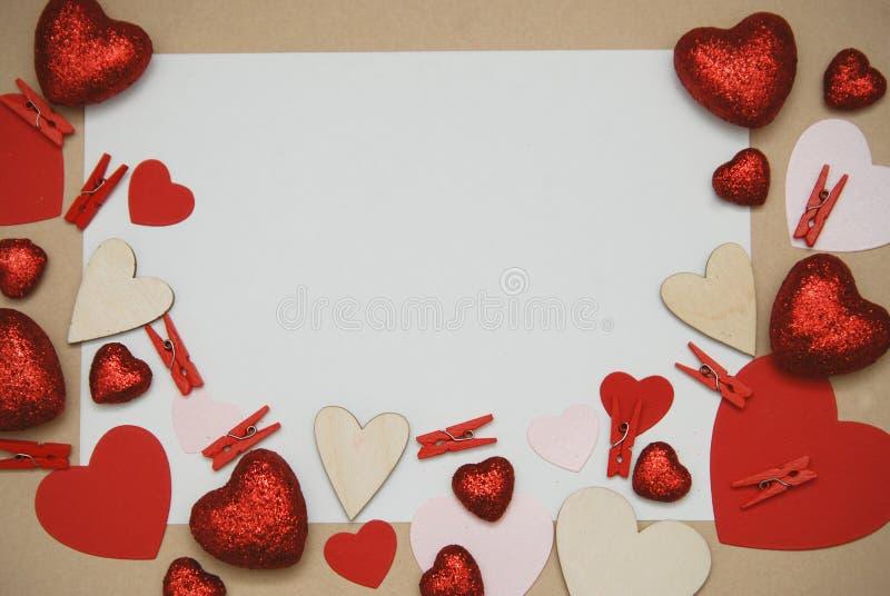 Ram som göras av pappers- röda hjärtor med kopieringsutrymme Tomt papper för textmeddelande arrounded med hjärtor Sikt för dag fö royaltyfri bild