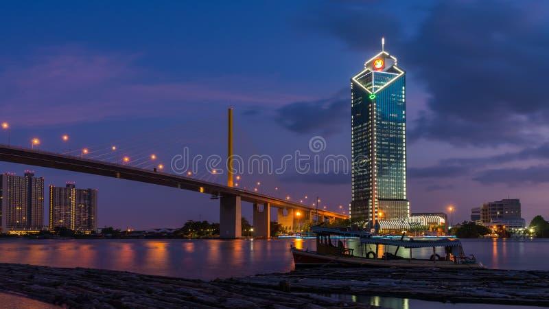 Rama 9 γέφυρα και κτήριο Kasikorn στοκ εικόνα με δικαίωμα ελεύθερης χρήσης
